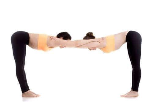 A posição Uttanasana ajuda a alongar e abrir os ombros