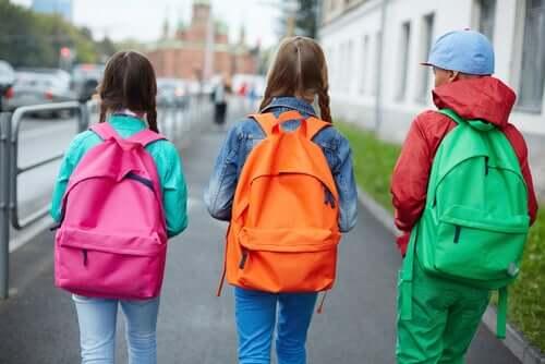 Crianças usando mochilas escolares