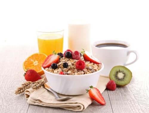 No café da manhã, priorize a ingestão de carboidratos