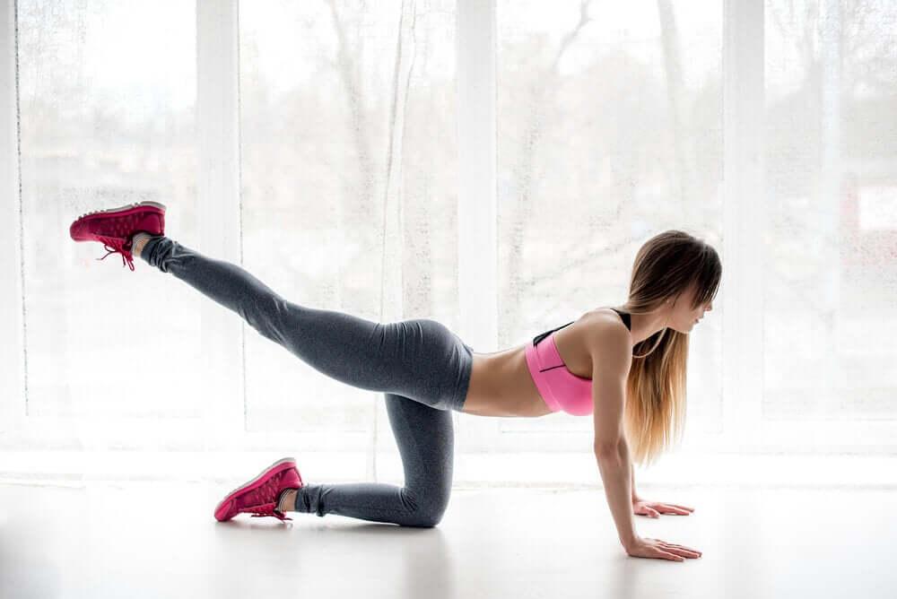 Mulhe fazendo elevação de perna