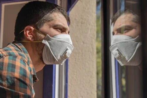 Homem de máscara na quarentena