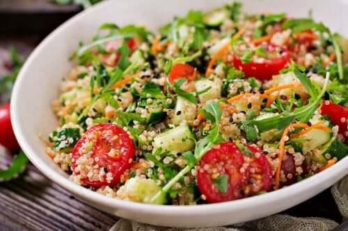 3 receitas de saladas de quinoa deliciosas