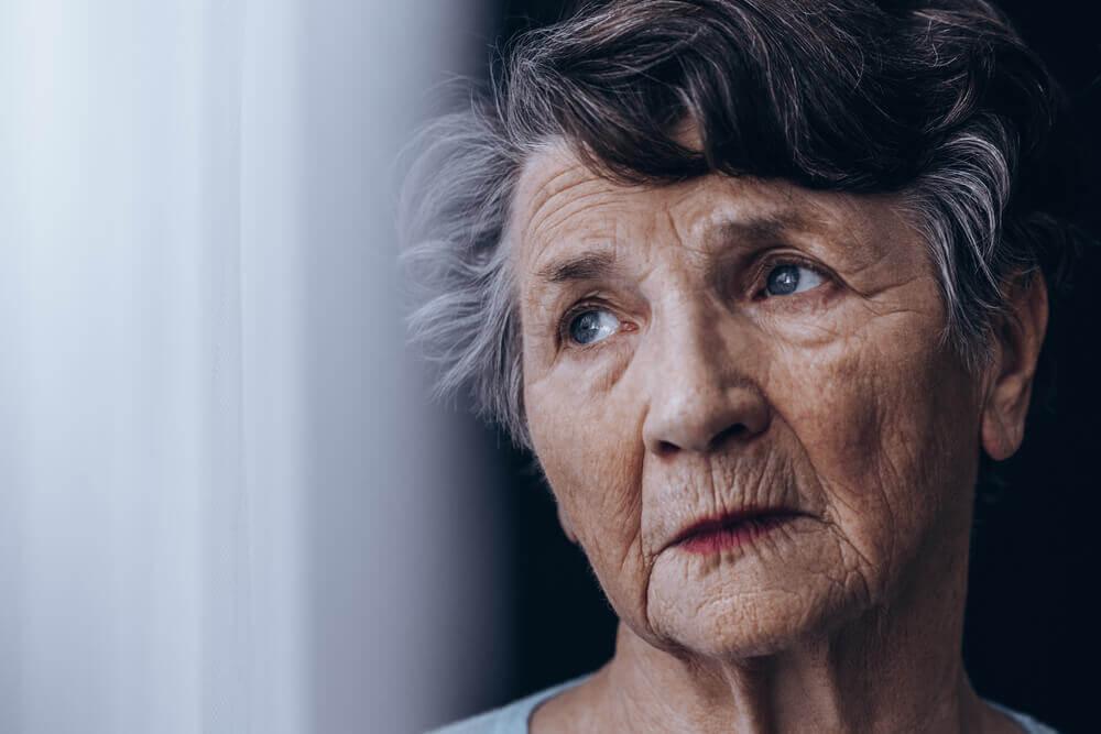 Senhora idosa com demência