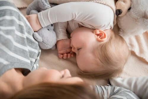 Dormir com a mãe é bom ou ruim para as crianças?