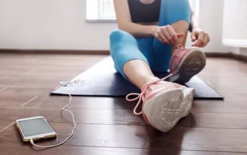 Mulher fazendo exercícios para lidar com a depressão