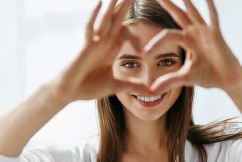 Mulher fazendo coração com a mão