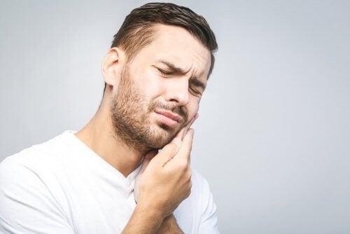 Homem com dor de dente