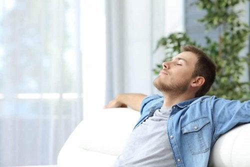 Homem praticando respiração profunda