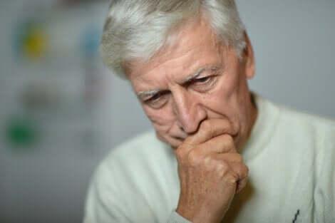 Senhor idoso preocupado