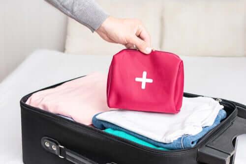 Como fazer um kit de primeiros socorros para viagem
