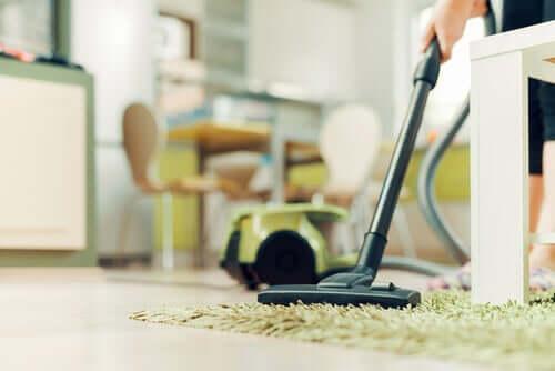 Aspirar pisos e móveis para evitar a proliferação de germes