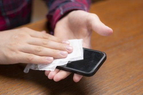 Como limpar o seu celular para prevenir o contágio pelo coronavírus
