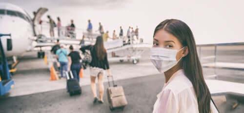 Mulher com máscara no avião