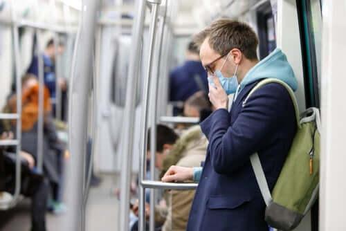 Homem de máscara no metrô