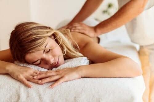 Mulher fazendo massagem com profissional