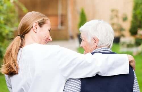 Médica com idoso com demência