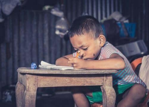 Menino pobre estudando