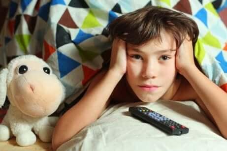 Menino assistindo televisão