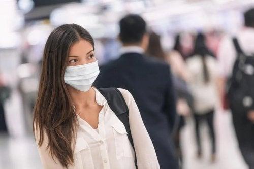Mulher com máscara em aeroporto