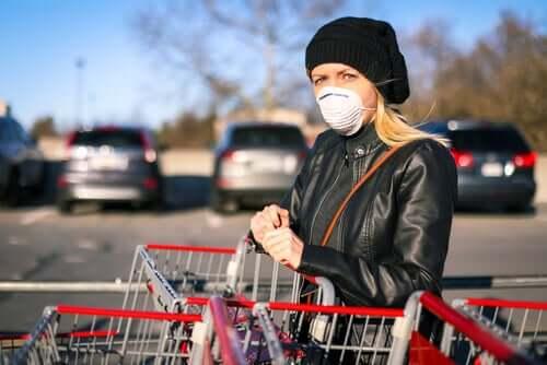 Mulher com máscara no mercado
