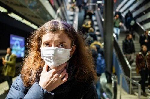 Mulher de máscara no metrô