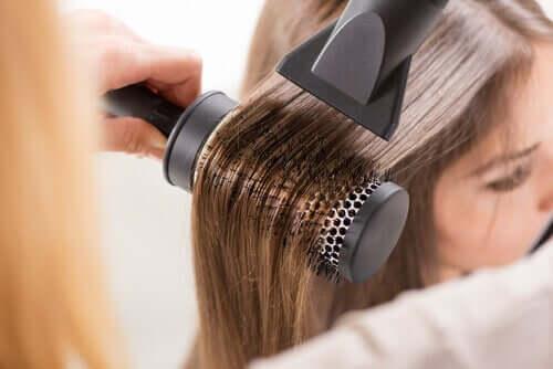 Mulher usando secador de cabelo