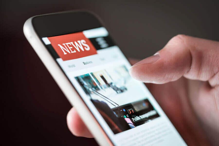 Pessoa vendo notícias no celular
