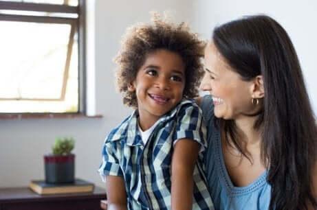 Mãe sorrindo para o seu filho