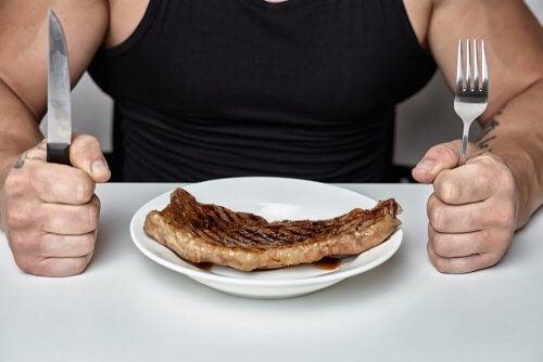 Pessoa comendo filé de carne