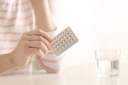 Mulher com cartela de pílula