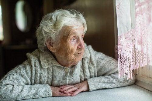 Senhora idosa em quarentena