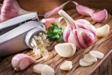 3 remédios caseiros com alho para diminuir o colesterol