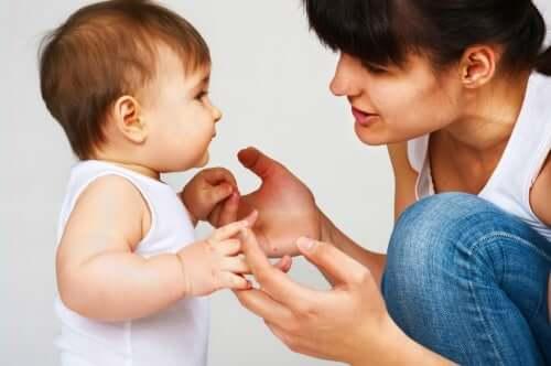 Mãe falando com seu bebê