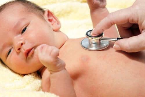 Bebê em consulta pediátrica