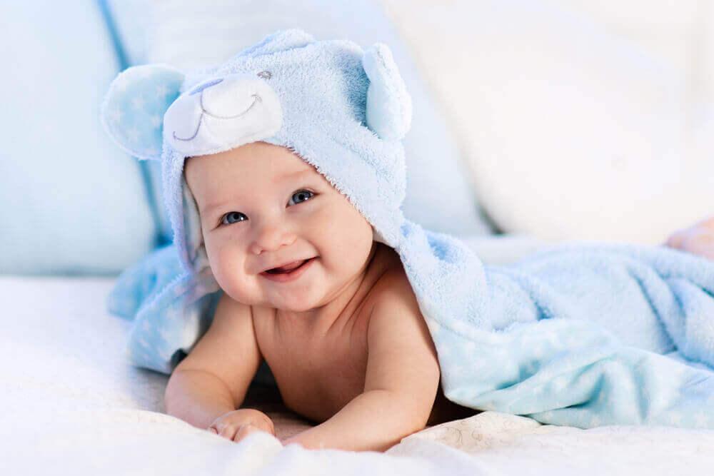 Bebê sorrindo após o banho