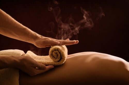 Massagem com aplicação de calor
