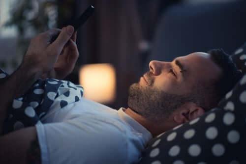 Uso de celular na cama
