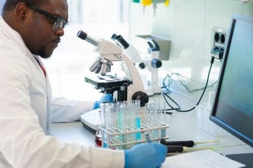 Cientista analisando coronavírus