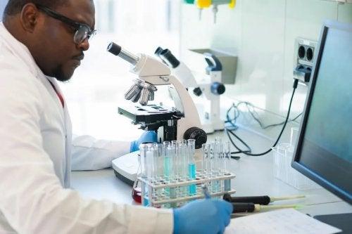 Cientista estudando o coronavírus