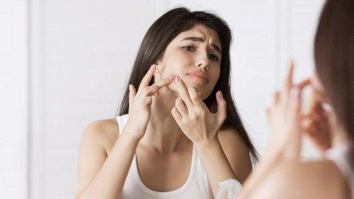 9 causas das espinhas no rosto
