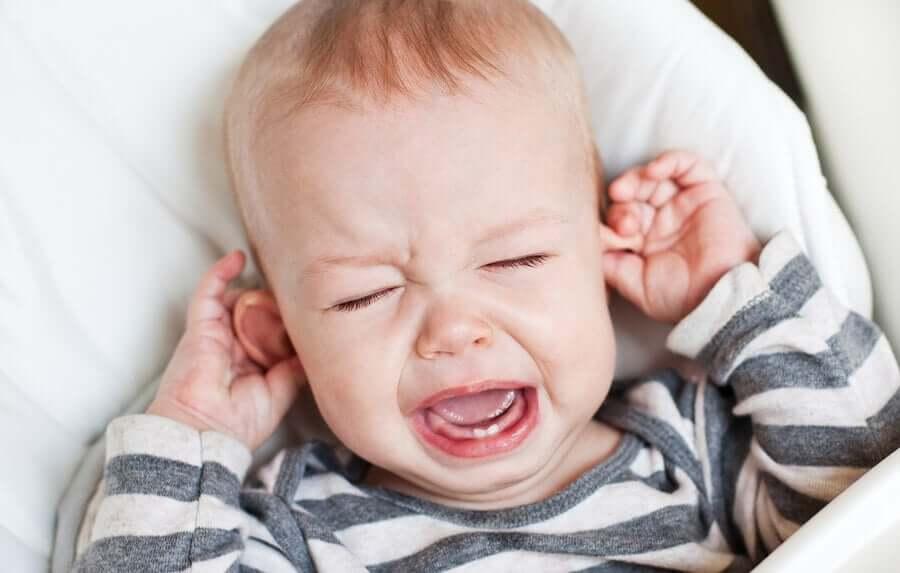 Como aliviar uma infecção no ouvido do bebê