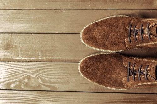 Como limpar sapatos de camurça?