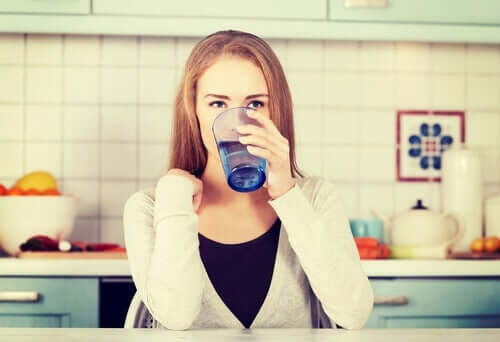 Mulher tomando copo de água