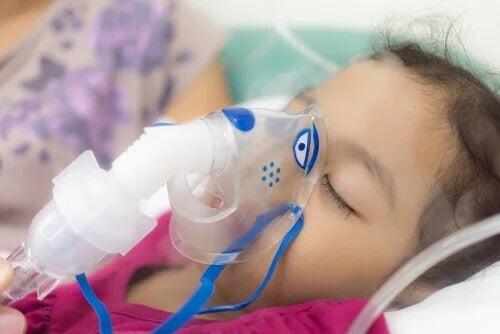 Criança usando respirador