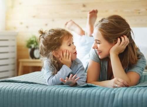 Mãe e filha conversando na cama