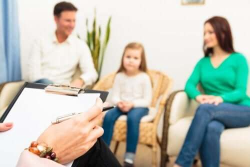 Família em sessão de terapia após divórcio