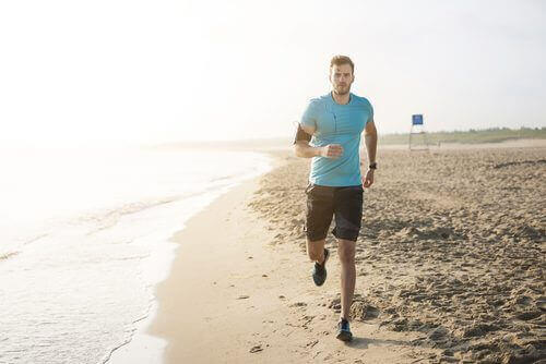 Homem correndo na praia