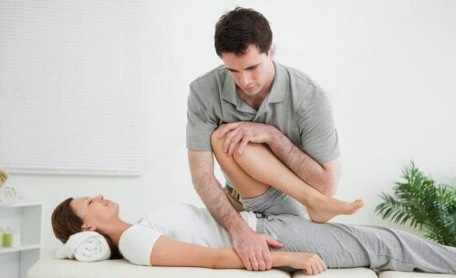Mulher fazendo fisioterapia