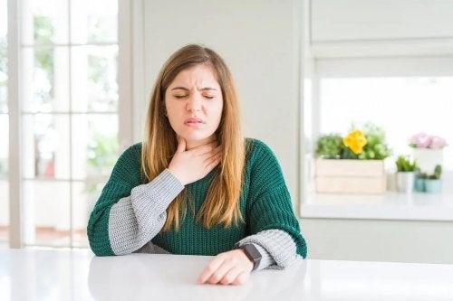 O que você pode fazer para acalmar uma irritação na garganta