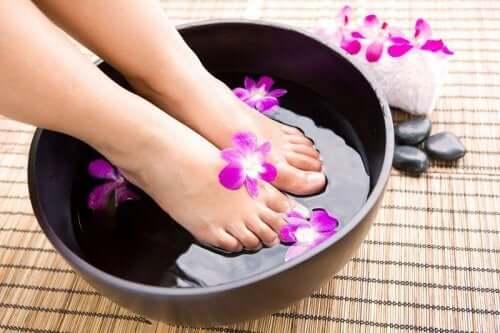 Como eliminar o mau cheiro dos pés